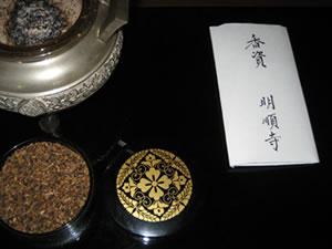香典の出し方:仏前に供えた場合