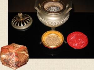 お香入れ(左) 香炉と香盒(上)  蓋を外した様子