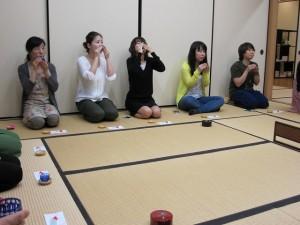 お茶を楽しむ参加者たち