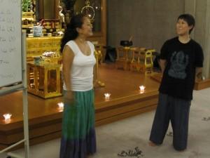 お話をする大田雅子さん(左)
